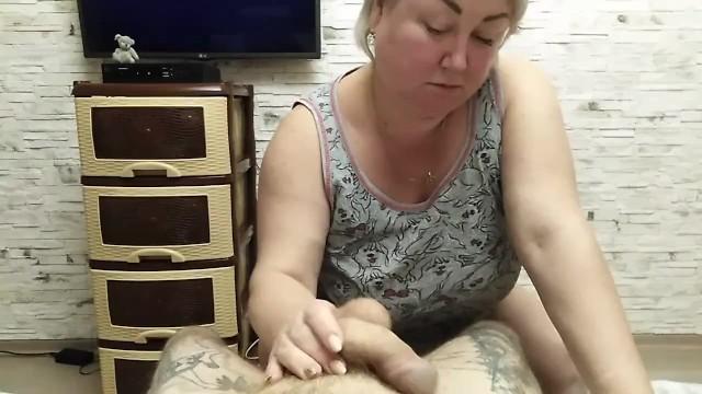 Сочная мамка в чулках раздвинула ноги перед своим сыном после ссаного минета