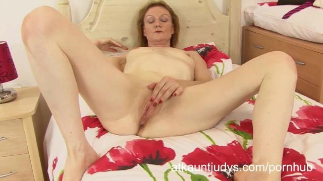 Зрелая деваха Клэр мастурбирует раздолбанную пизду на кровати